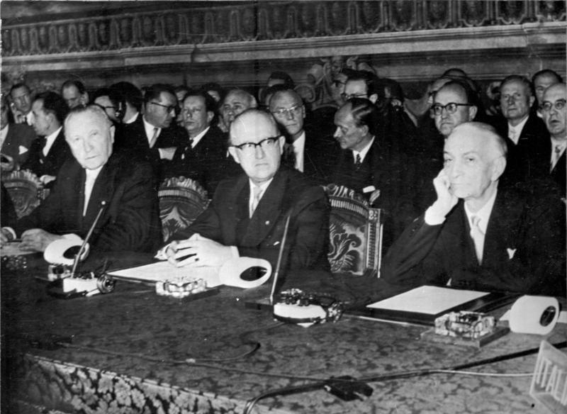 Zentralbild 1.4.1957 Verträge über Zollpakt und Eurotom unterzeichnet Die Verträge über den kleineuropäischen Zollpakt und über die westeuropäische Atomenergie-Gemeinschaft (Eurotom) wurden am 25.3.1957 in Rom von Regierungsvertretern der sechs Mitgliedsstaaten der Montan-Union unterzeichnet. UBz.: (v.l.n.r.) Bundeskanzler Adenauer, der für die Bonner Regierung unterschrieb, Staatssekretär Hallstein und der italienische Ministerpräsident Segni.